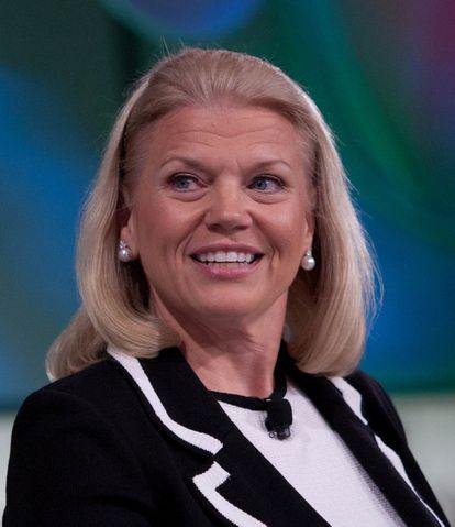 Ginni Rometty (60 anos) está no comando da IBM, uma das grandes pioneiras da informática. É a primeira presidenta que a empresa tem em seus mais de 100 anos de história. Rometty começou a trabalhar lá em 1981, como engenheira de sistemas, e desde então teve uma ascensão na carreira como poucas mulheres que trabalham com tecnologia. Agora, tem a tarefa de reconverter um gigante que prevaleceu durante o auge dos computadores pessoais mas que perdeu poder, primeiro com a Internet e depois com os smartphones. Ela é a responsável pelos rumos atuais da IBM: computação na nuvem, soluções para empresas, Internet das coisas e os serviços de Watson, seu supercomputador, cuja tecnologia já é aplicada em call centers, assistência em diagnóstico oncológico e desenvolvimento de informática.