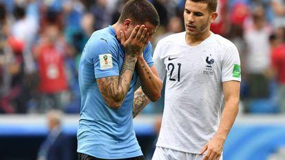 Lucas Hernández consola Giménez após a derrota do Uruguai para a França.
