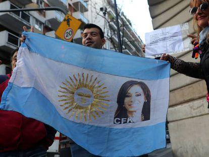 Seguidores de Cristina Kirchner esperam a ex-presidenta sair da sua casa, em Buenos Aires, para ir depor, na segunda-feira