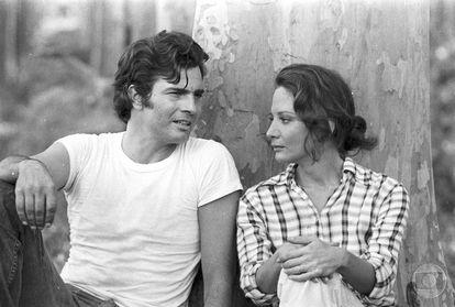Tarcísio Meira e Glória Menezes durante gravações da novela 'Cavalo de aço' (1973).