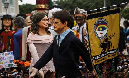 Boneco gigante de Bolsonaro é vaiado no Carnaval de Olinda.