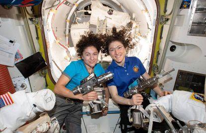 Jessica Meir, à esquerda, com o traje espacial, junto à sua colega Christina Koch, em uma foto de 12 de outubro
