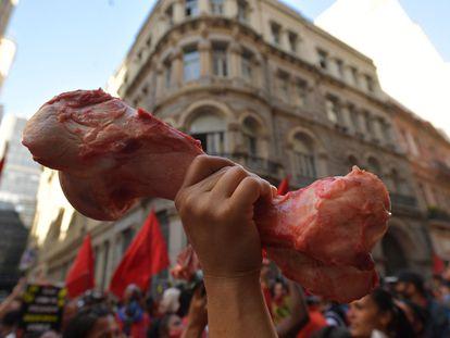 Em referência à fome no país, manifestantes levaram ossos de boi para protestar contra o Governo de Jair Bolsonaro no sábado.