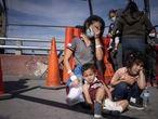Vilma Iris Peraza y sus hijos Erick y Adriana de Honduras fueron expulsados a México junto con otras familias de migrantes, aproximadamente cien personas son retornadas por autoridades estadounidenses. Autoridades estadunidenses deportaron a familias de migrantes centroamericanos principalmente de Guatemala y Honduras capturados en días recientes por elementos de la Patrulla Fronteriza en la Ciudad de McAllen, Texas EU, los grupos son trasportados en autobuses y avión hasta la ciudad de El Paso, Texas para ser expulsados de Estados Unidos por el puente internacional Paso del Norte-Santa Fe  a Ciudad Juárez, estado de Chihuahua. Las familias desconocen que son retornados a México hasta que cruzan el puente fronterizo. Desde hace dos semanas diariamente son expulsados grupos de poco más de cien indocumentados, lo que ha creado una crisis en los albergues y organismo sin fines de lucro quienes dan refugio a las familias deportadas en Ciudad de Juárez. También son expulsados quienes cruzan el Río Bravo, por  zonas desérticas, de Anapra a San Jerónimo, en el Valle de Juárez, los migrantes buscan ingresar a territorio estadounidense caminan hasta dos días y quienes logran cruzar al ser detenidos inmediatamente son expulsados a México.Los albergues instalados por organizaciones civiles y religiosas empiezan a tener dificultades para atender a la nueva oleada de migrantes.México restringirá el tránsito de personas relacionadas con actividades no esenciales, de acuerdo con la Cancillería.