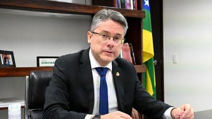 O senador Alessandro Vieira (Cidadania-SE) em seu gabinete, em Brasília.