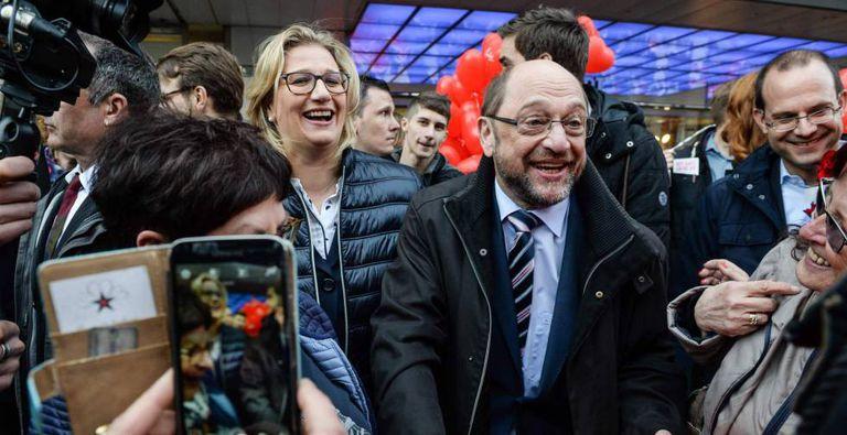 O líder do SPD, Martin Schulz, e a candidata do partido em Saarland, Anke Rehlinger, em um comício na sexta-feira em Saarbrucken.