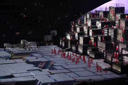 Uma performance representando as favelas brasileiras.