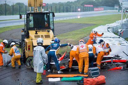 Os médicos tentam retirar Bianchi do carro.