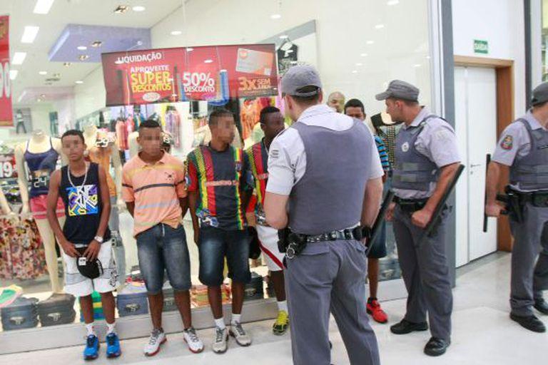 Policiais abordam jovens no shopping Metrô Itaquera.
