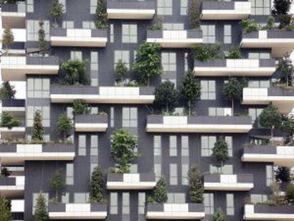 Detalhe da fachada da torre Bosco, um jardim vertical no novo distrito Porta Nuova de Milão.
