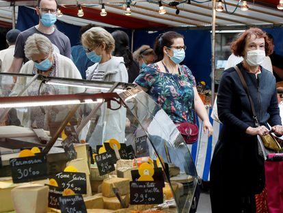 Consumidores numa feira livre de Paris, em agosto do ano passado.