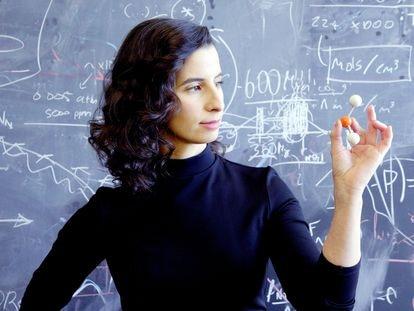 A astrofísica Clara Sousa e Silva do Instituto Tecnológico de Massachusetts segura uma maquete da molécula da fosfina.