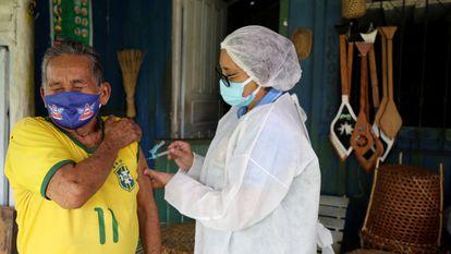 Raimundo Araújo, de 90 anos, recebe a primeira dose da vacina da AstraZeneca em Manaus em 9 de fevereiro.