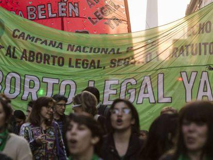 Protesto no centro de Buenos Aires a favor do direito ao aborto.
