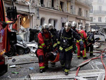 Os bombeiros evacuam a uma pessoa ferida na explosão em Paris. Em vídeo, imagens do acontecimento.
