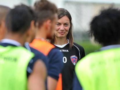 Corinne Diacre, ex-jogadora francesa de futebol e atual técnica do Clermont Foot Auvergne, da segunda divisão. É a primeira mulher a dirigir uma equipe profissional no país.