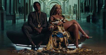 Os músicos Jay Z e Beyoncé, em um fotograma do clipe 'Apeshit', rodado no Museu do Louvre.