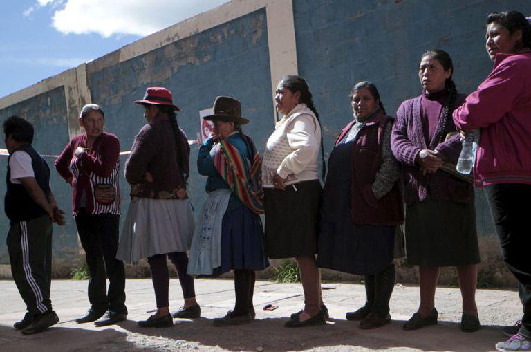 Moradores de Cusco, no Peru, esperam para votar.