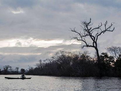 Ribeirinho no lago morto de Belo Monte