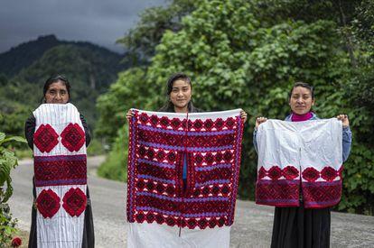 As artesãs Antonia Sántiz López, Sofía Luna Sántiz e Petrona Girón Méndez mostram bordados elaborados por elas na comunidade Las Manzanas, em Chiapas. GLADYS SERRANO