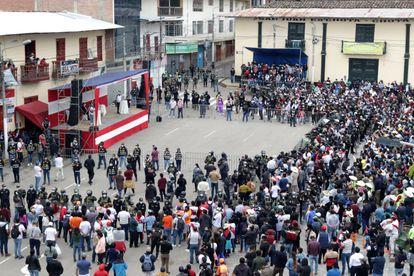 O público da localidade de Chota durante o debate.