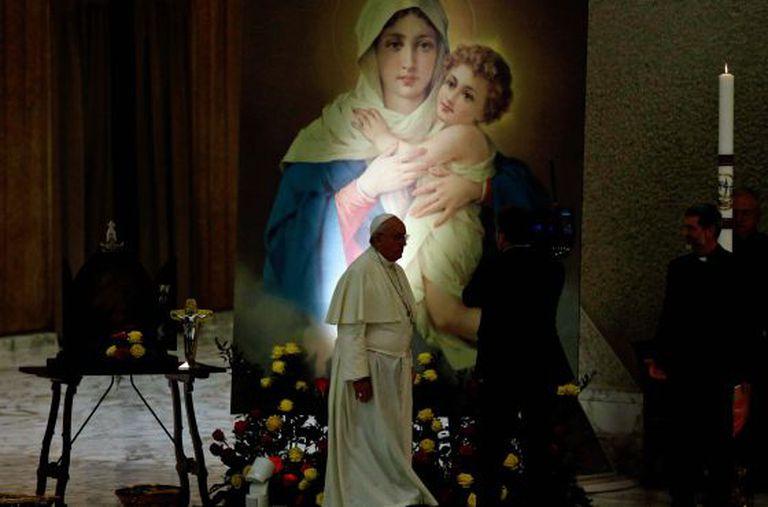 El Papa caminha em frente a uma imagem da virgem no Vaticano.