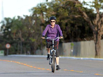 Dilma pedalando por Brasília