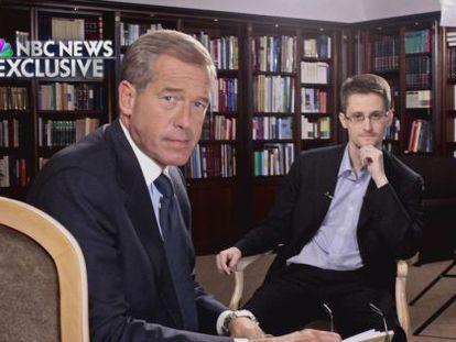 Brian Williams posa para foto com Edward Snowden, durante a entrevista em Moscou.
