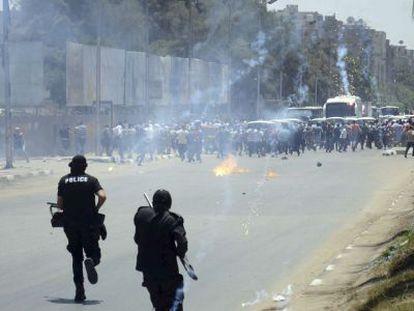 Conflito entre manifestantes e polícia no Cairo no primeiro aniversário do golpe contra Morsi.