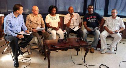 Dissidentes cubanos, no centro Berta Soler, em entrevista coletiva.