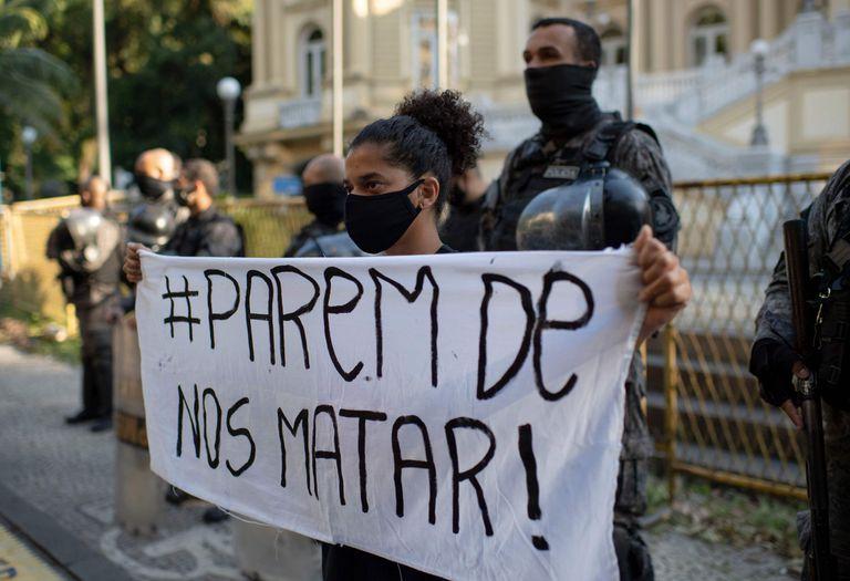 Manifestante participa de ato contra violência policial no Rio de Janeiro, no domingo, 31 de maio.