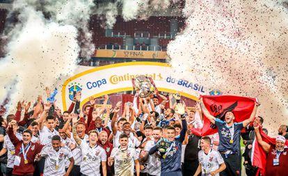 Jogadores do Athletico levantam a taça de campeão no Beira-Rio.