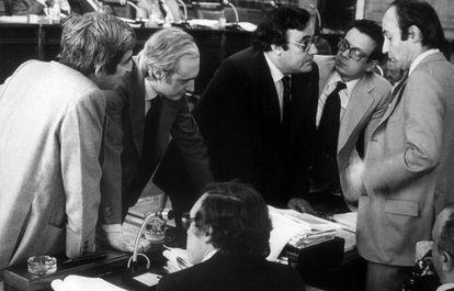 Os pais da Constituição; dentre eles, Miquel Roca, primeiro à direita, e Jordi Solé Tura, de costas