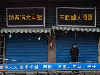 O mercado de Huanan nesta segunda-feira, em Wuhan (China), fechado em janeiro de 2020, depois do surgimento da covid-19.