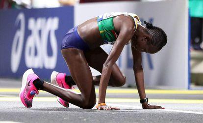 Helalia Johannes, da Namíbia, terceira classificada na maratona, após cruzar a linha de chegada.