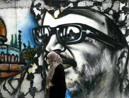 Muro com um grafite de Arafat em um campo de refugiados palestinos.