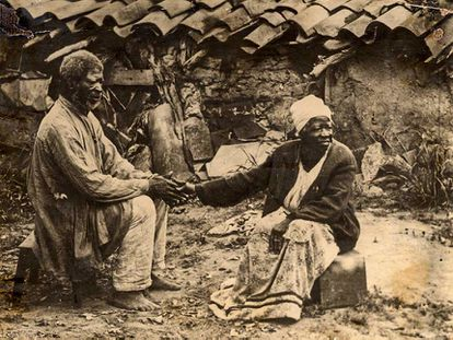 Foto histórica de escravos recém libertos. Lei agrária de 1850 impediu acesso de ex-escravos à terra.
