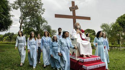 O brasileiro Inri Cristo com membros de sua congregação, formada majoritariamente por mulheres.
