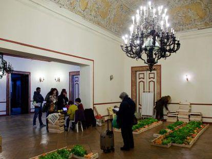 Sócios da cooperativa Frutafeia recolhem seus pedidos no Ateneo de Lisboa