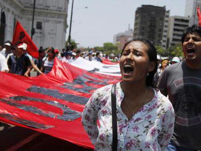 Milhares de peruanos se manifestam contra a Lei Trabalhista Juvenil, na segunda-feira.