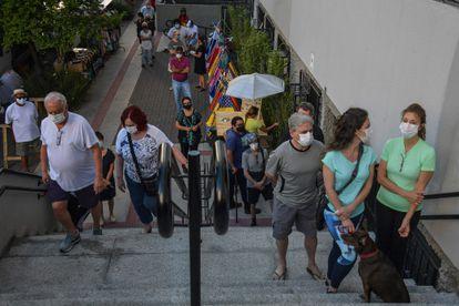 Pessoas fazem fila para votar no segundo turno das eleições, em São Paulo.