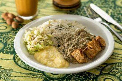 Prato do Congolinaria, com arroz no leite de coco e tofu temperado.