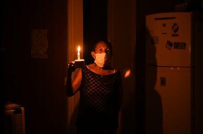 Maria Félix Carvalho, 58 anos, durante o apagão em Macapá, no Amapá. Imagem do dia 13 de novembro.