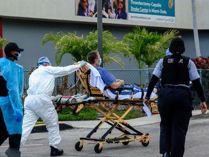 Transporte de paciente com coronavírus em Miami (Flórida).