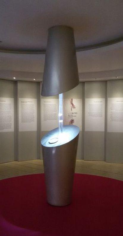 A vitrine onde a peça está exposta simboliza os dedos de Deus e de Adão.