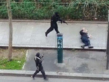 Momento em que um dos terroristas mata o policial Ahmed Merabat.