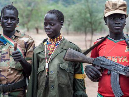 Assim é a realidade na região sul-sudanesa de Equatória Oriental, na fronteira com Uganda, onde os jovens armados fazem patrulhas para proteger o seu gado