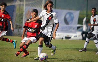 Legislação atual não impede que clubes mantenham jovens com menos de 14 anos em categorias de base, mas veta a assinatura de contrato com jogadores dessa faixa etária.