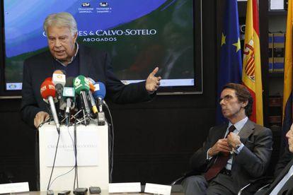 O ex-presidente do Governo Felipe González e o ex-presidente José María Aznar, durante o ato celebrado em Madri por Leopoldo López