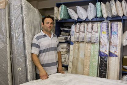 Pablo Belfer em sua loja de venda de colchões, em Buenos Aires.